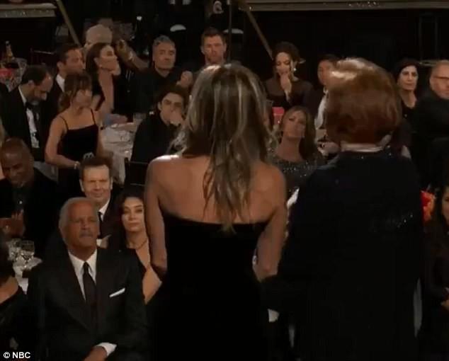 Khoảnh khắc thú vị: Angelina phản ứng khi vợ cũ Brad Pitt xuất hiện, sao 50 Sắc Thái tò mò liếc sang theo dõi - Ảnh 3.