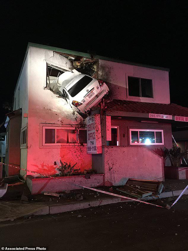 Tai nạn khó hiểu: Vui tính đậu xe ở... cửa sổ tầng hai phòng khám nha khoa, 2 người bị thương nặng - Ảnh 3.