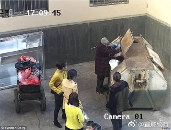Phẫn nộ: Người đàn ông bỏ đứa con mới sinh được hai tiếng vào thùng rác - Ảnh 2.