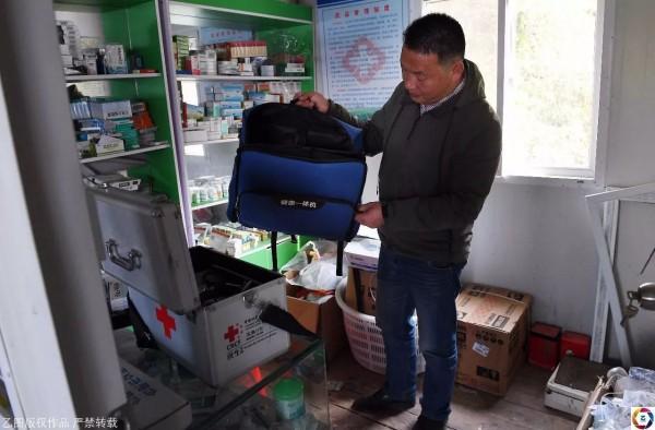 Cựu sinh viên y quyết ở lại vùng quê hẻo lánh chữa bệnh cho dân làng suốt 18 năm vì lý do không tưởng - Ảnh 4.