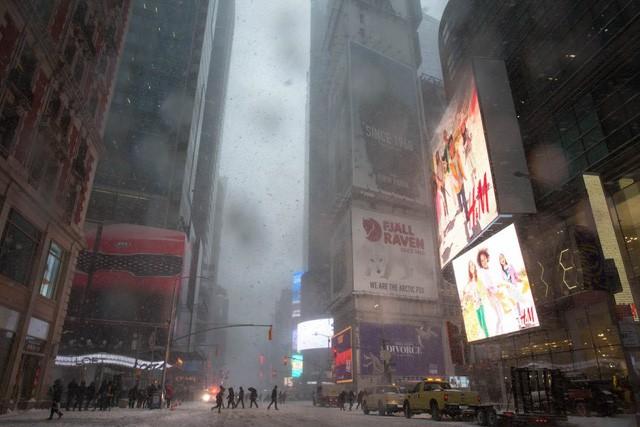 New York như hành tinh khác trong trận bão tuyết khiến nước Mỹ lạnh hơn sao Hỏa - Ảnh 4.