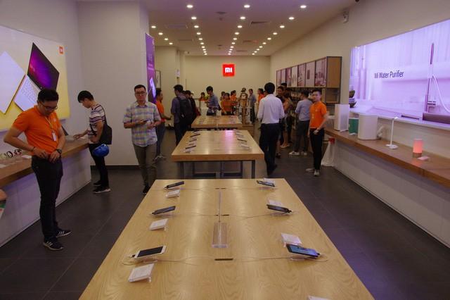 Hàng trăm người xếp hàng mua sản phẩm Xiaomi tại cửa hàng Mi Store đầu tiên tại Việt Nam - Ảnh 4.