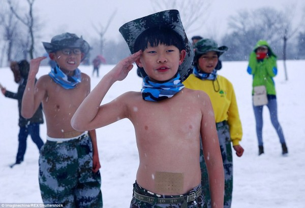 Khóa huấn luyện khắc nghiệt: Cho trẻ em cởi trần, dội nước lạnh lên người giữa trời tuyết - Ảnh 4.