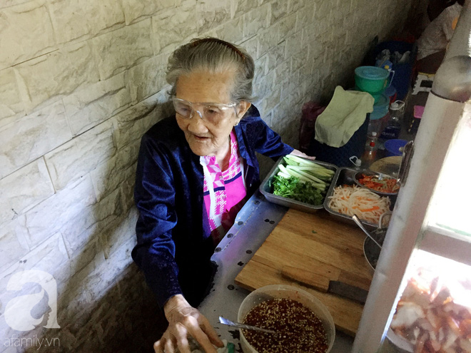 Xe bánh mì ngon nức tiếng Sài Gòn của bà Tư Trầu: 60 năm tuổi đời vẫn làm mê lòng những thực khách sành ăn - Ảnh 4.