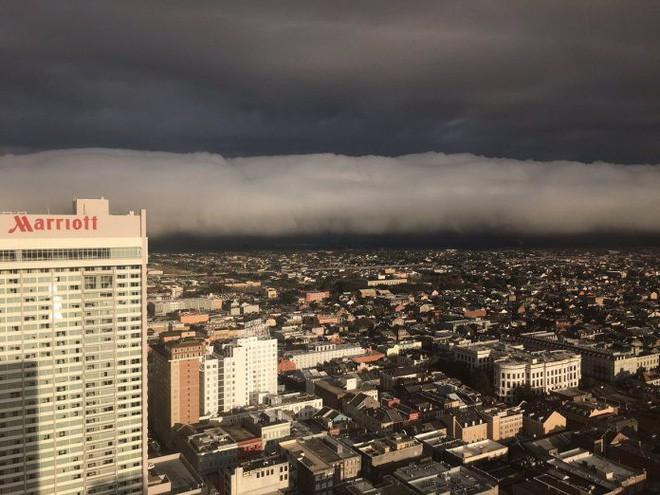 Đám mây khổng lồ bất ngờ tràn qua thành phố, nhiều người tưởng Tận thế ghé về - Ảnh 3.