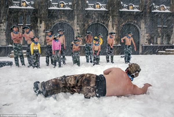 Khóa huấn luyện khắc nghiệt: Cho trẻ em cởi trần, dội nước lạnh lên người giữa trời tuyết - Ảnh 5.