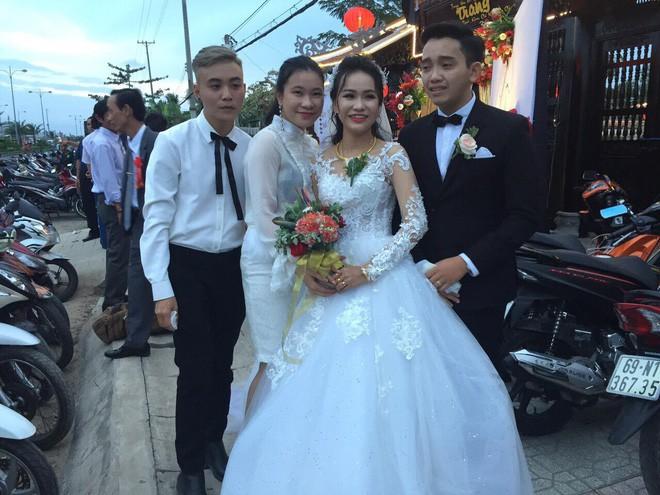 Hình ảnh chú rể khóc như mưa trong ngày cưới vì thương bố mẹ vợ đã gả con gái cho mình khiến cộng đồng mạng xôn xao - Ảnh 5.