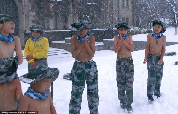 Khóa huấn luyện khắc nghiệt: Cho trẻ em cởi trần, dội nước lạnh lên người giữa trời tuyết - Ảnh 6.