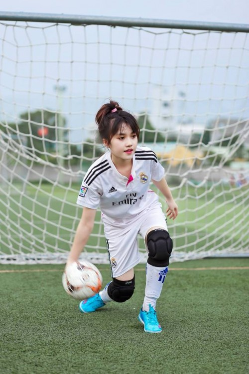 Nữ CĐV xinh đẹp từng gây 'bão mạng' cover Người lạ ơi để cổ vũ U23 Việt Nam - Ảnh 7.