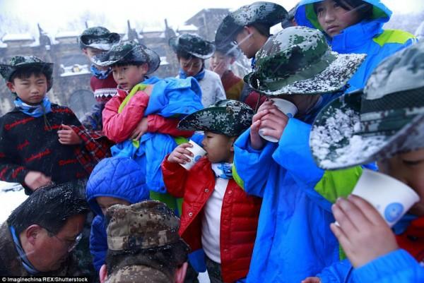 Khóa huấn luyện khắc nghiệt: Cho trẻ em cởi trần, dội nước lạnh lên người giữa trời tuyết - Ảnh 7.