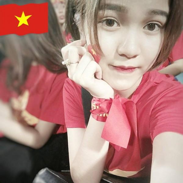 Nữ CĐV xinh đẹp từng gây 'bão mạng' cover Người lạ ơi để cổ vũ U23 Việt Nam - Ảnh 8.