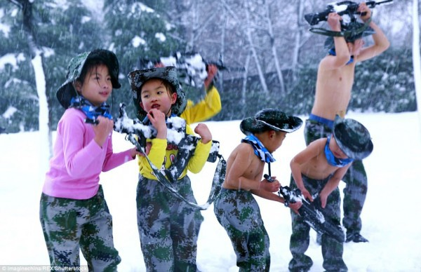 Khóa huấn luyện khắc nghiệt: Cho trẻ em cởi trần, dội nước lạnh lên người giữa trời tuyết - Ảnh 8.