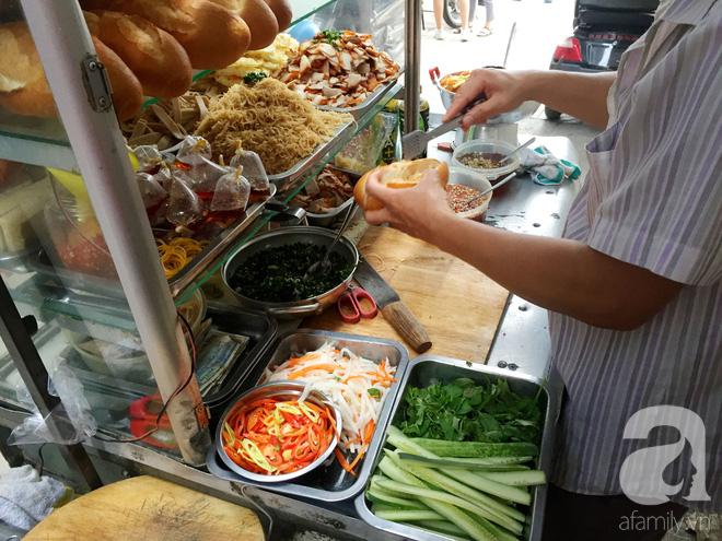 Xe bánh mì ngon nức tiếng Sài Gòn của bà Tư Trầu: 60 năm tuổi đời vẫn làm mê lòng những thực khách sành ăn - Ảnh 8.