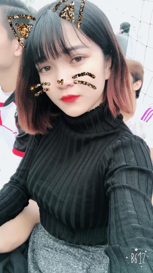 Nữ CĐV xinh đẹp từng gây 'bão mạng' cover Người lạ ơi để cổ vũ U23 Việt Nam - Ảnh 9.
