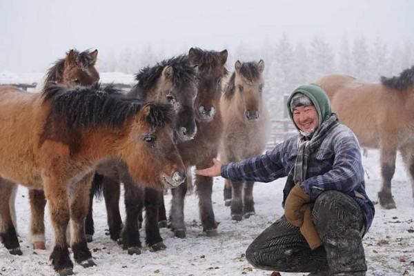 Trời lạnh -68 độ C ở ngôi làng lạnh nhất thế giới, những người này vẫn cởi trần bơi dưới sông - Ảnh 9.
