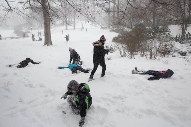 New York như hành tinh khác trong trận bão tuyết khiến nước Mỹ lạnh hơn sao Hỏa - Ảnh 10.