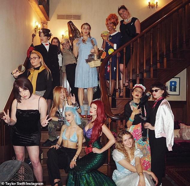Taylor Swift hóa tiên cá sexy mừng năm mới cùng hội bạn thân nhưng lại thiếu 1 thành viên cực quan trọng! - Ảnh 1.