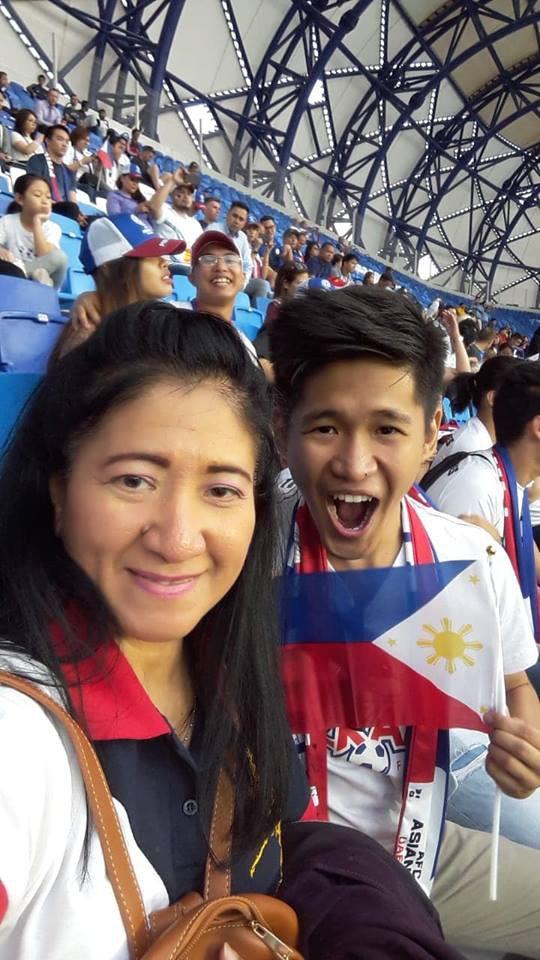 Tìm ra người mẹ của năm, đưa con trai vừa tốt nghiệp cấp 3 vượt 7.000 km sang Dubai xem Asian Cup 2019 - Ảnh 1.