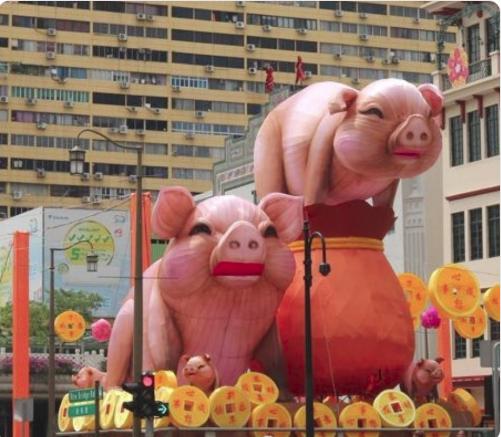 Hai chú heo khổng lồ bỗng nổi như cồn ở khu phố Tàu vì quá xấu xí, trở thành thảm họa trang trí năm mới - Ảnh 2.