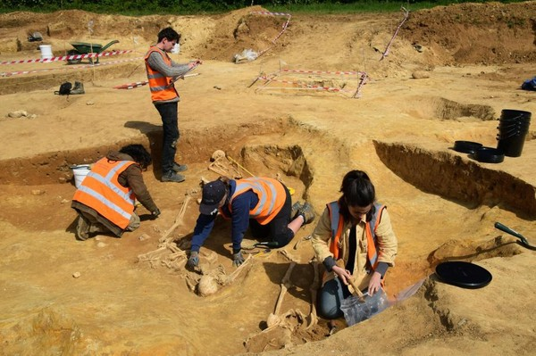 Phát hiện 17 bộ xương người bị chặt đầu trong khu chôn cất 2.000 năm tuổi - Ảnh 2.
