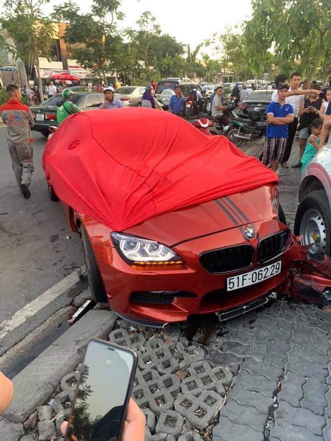 Ô tô BMW gây tai nạn liên hoàn trên đường phố Sài Gòn, những người trên xe rời khỏi hiện trường - Ảnh 4.