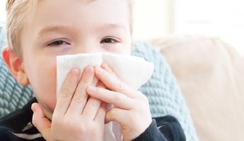 Bác sĩ Nhi cảnh báo: Nhiều mẹ tưởng tự hút rửa mũi cho con là an toàn, thật ra rất hại  - Ảnh 2.