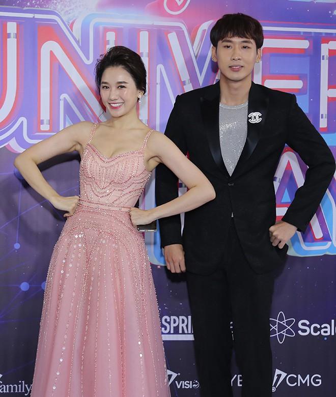 Hari Won mặc gợi cảm, thoải mái tình tứ bên người tình màn ảnh - Ảnh 4.