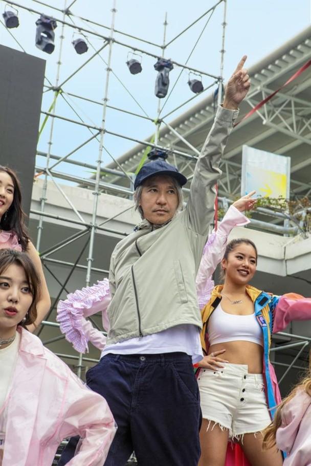 Châu Tinh Trì bất ngờ xuất hiện, nhảy múa với dàn mỹ nữ 9x - Ảnh 3.