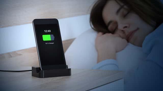 Rốt cuộc: Bạn có nên để điện thoại gần mình khi ngủ không? - Ảnh 1.