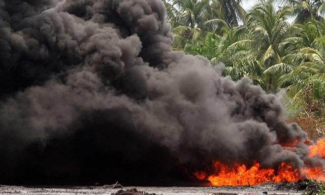 Gần 60 người mất mạng vì đứng cạnh xe bồn chở xăng lúc phát nổ  - Ảnh 1.