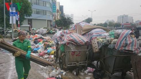 Chặn xe vào bãi rác Nam Sơn: Chính quyền đối thoại, dân chưa tin tưởng - Ảnh 1.