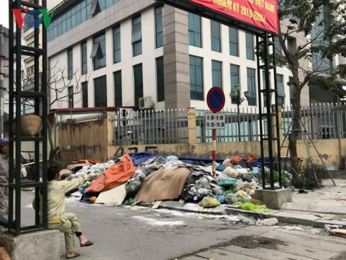 Chặn xe vào bãi rác Nam Sơn: Chính quyền đối thoại, dân chưa tin tưởng - Ảnh 2.