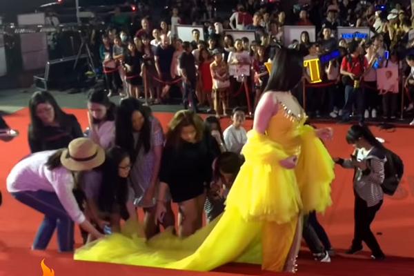 Clip Thư Dung và nhóm người làm màu phản cảm tại thảm đỏ Mai Vàng - Ảnh 3.