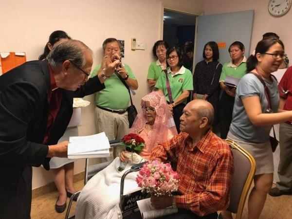 Cụ bà ung thư giai đoạn 4 hoàn thành tâm nguyện lấy chồng ở tuổi 76 trong bệnh viện - Ảnh 2.