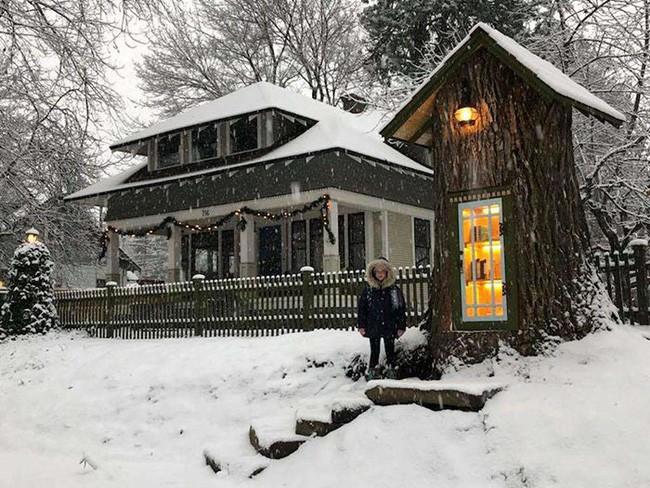 Hi sinh cây cổ thụ trăm tuổi cạnh nhà, người phụ nữ xây dựng thành một thư viện đầu tiên cho cả khu dân cư - Ảnh 2.