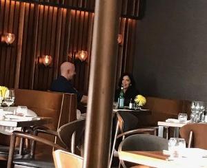 Hé lộ bức ảnh hẹn hò bí mật của tỷ phú Jeff Bezos với người tình nóng bỏng từ năm ngoái - Ảnh 1.