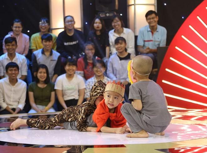 5 chú tiểu Bồng Lai lập kỷ lục Thách thức danh hài, hạ gục giám khảo và ẵm trọn 200 triệu đồng - Ảnh 2.
