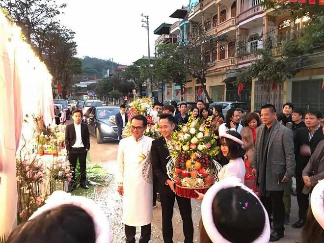 Bà xã kém 19 tuổi tình tứ hôn NSND Trung Hiếu trong lễ rước dâu tổ chức ở Sơn La - Ảnh 1.