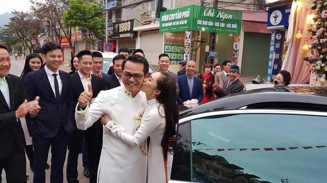 Bà xã kém 19 tuổi tình tứ hôn NSND Trung Hiếu trong lễ rước dâu tổ chức ở Sơn La - Ảnh 3.
