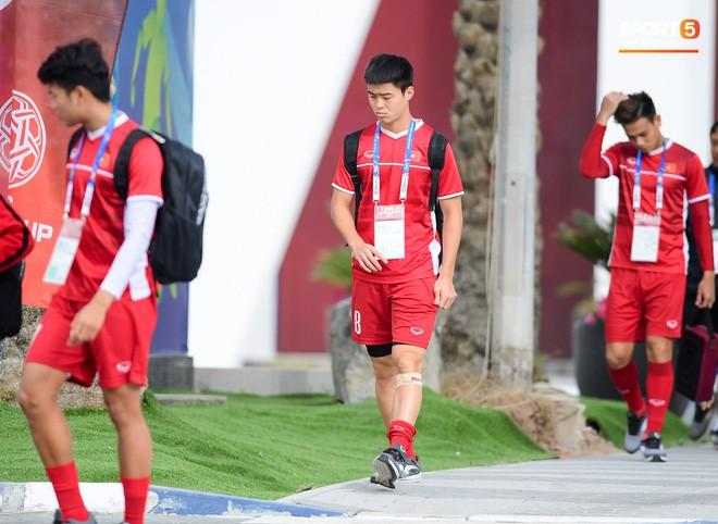 HLV Park Hang-seo ngồi 1 góc riêng suy tư, đợi học trò ra sân tập trước ngày đấu Jordan - Ảnh 8.