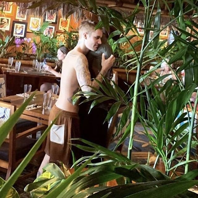Đi tắm biển với vợ, Justin Bieber lại bị tóm được khoảnh khắc ôm một người đàn ông vô cùng tình tứ - Ảnh 1.