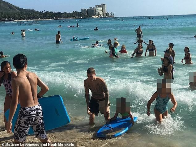 Đi tắm biển với vợ, Justin Bieber lại bị tóm được khoảnh khắc ôm một người đàn ông vô cùng tình tứ - Ảnh 5.