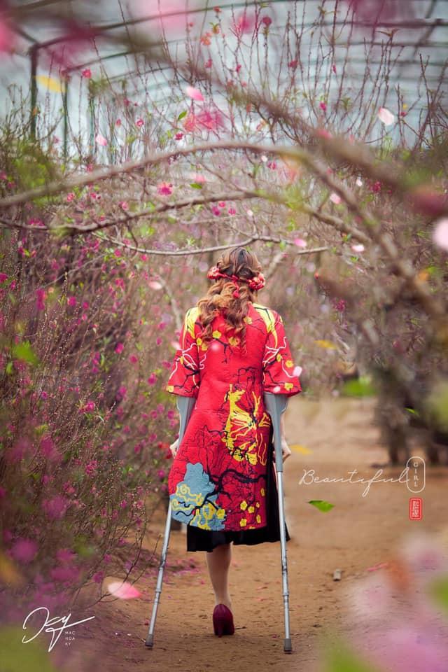 Bức hình cô gái đi chụp ảnh ở vườn hoa, dân mạng chững lại khi nhìn toàn cảnh  - Ảnh 1.