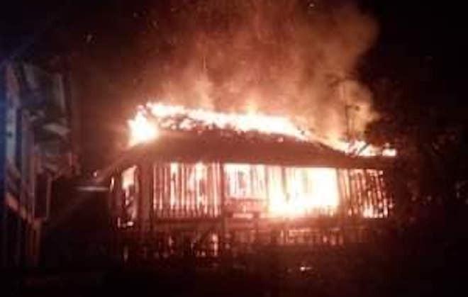 Uống rượu về rồi mâu thuẫn với vợ, chồng phóng hỏa đốt nhà sàn 2 tầng cháy rụi - Ảnh 1.