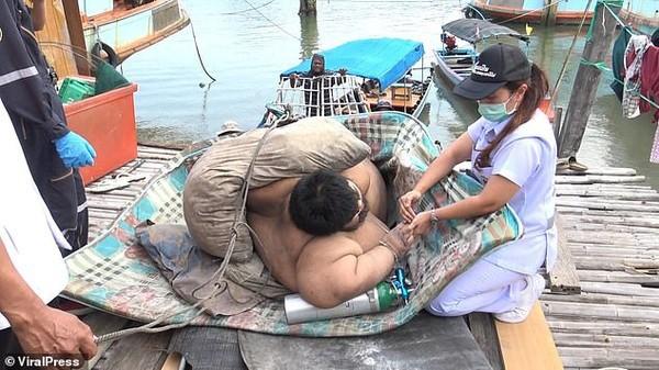 30 người vật lộn giải cứu chàng trai nặng hơn 300 kg - Ảnh 1.