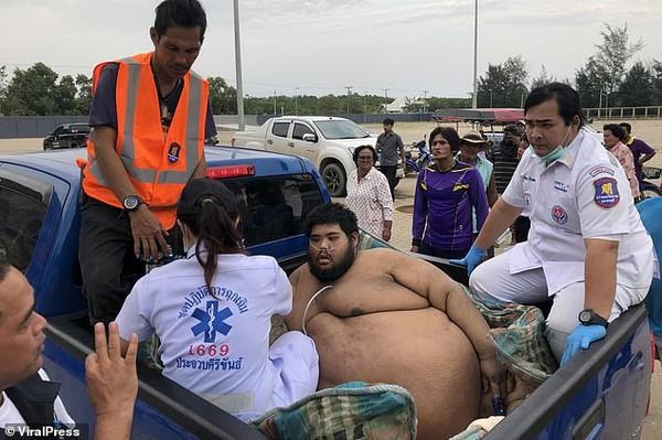 30 người vật lộn giải cứu chàng trai nặng hơn 300 kg - Ảnh 2.