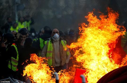 Nước Pháp rực lửa: Biểu tình tuần thứ 10, mang cả quan tài xuống đường - Ảnh 1.
