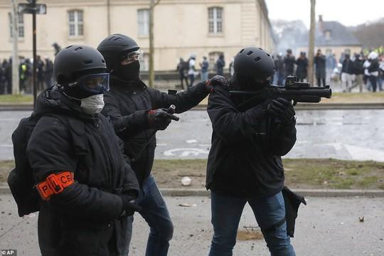 Nước Pháp rực lửa: Biểu tình tuần thứ 10, mang cả quan tài xuống đường - Ảnh 3.