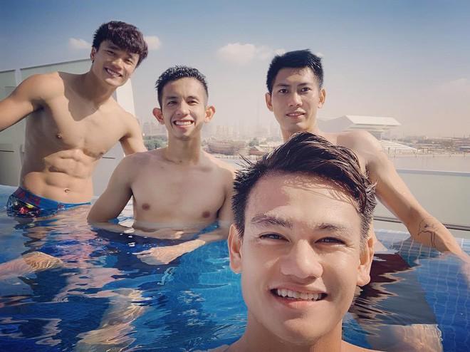 Văn Lâm cùng đồng đội khoe body chuẩn soái ca bên bể bơi - Ảnh 1.