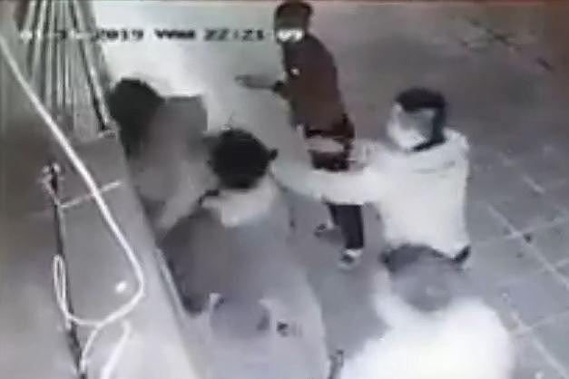 Vụ cô gái bị nhóm thanh niên đánh dã man: Con tôi vẫn rất hoảng loạn - Ảnh 1.